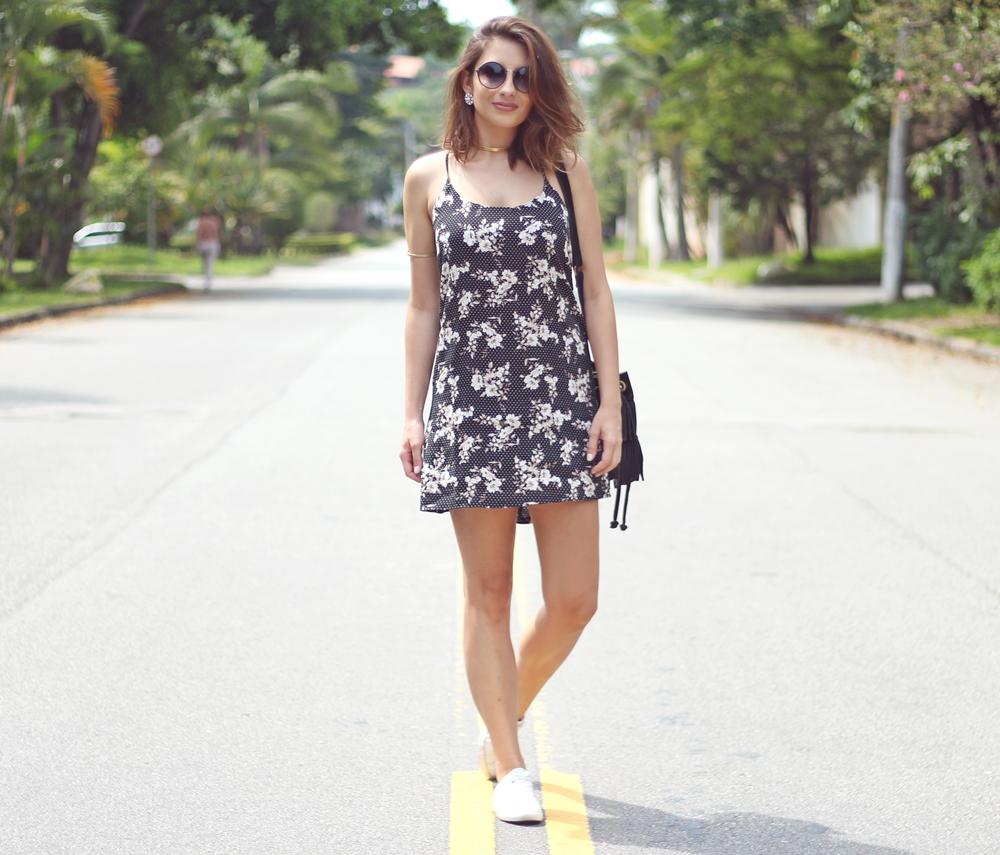 van-duarte-look-floral-com-tênis-branco-gargantilha-dourada-5