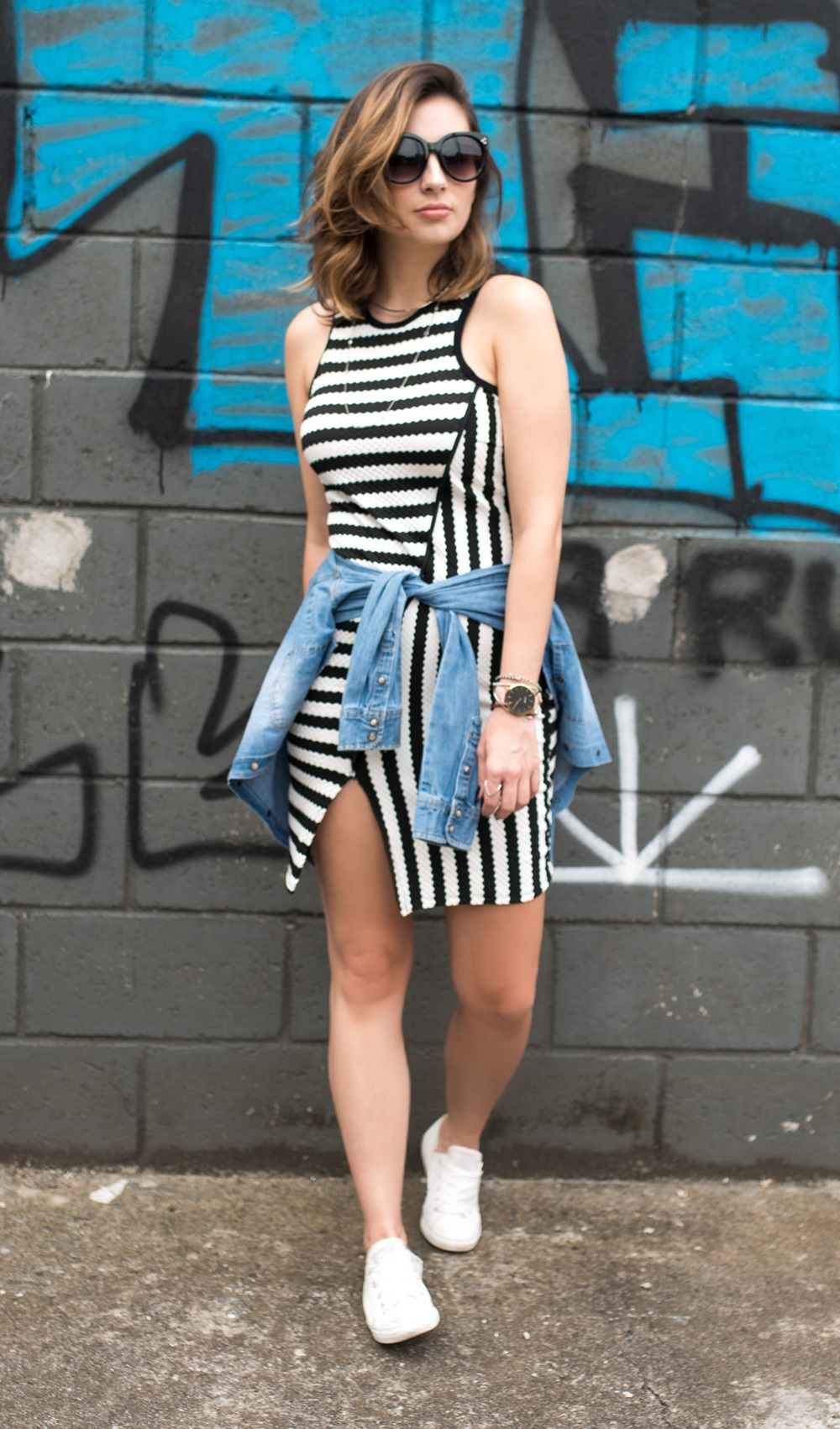vestido-listrado-camisa-jeans-na-cintura-tenis-branco-look-blog-vanduarte-3
