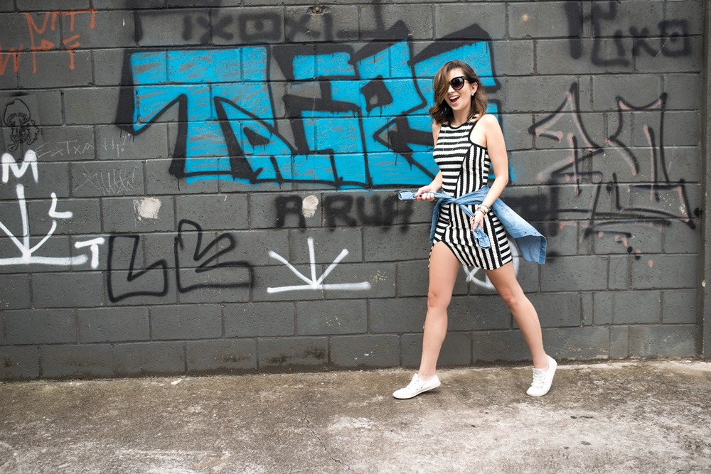 vestido-listrado-camisa-jeans-na-cintura-tenis-branco-look-blog-vanduarte-8