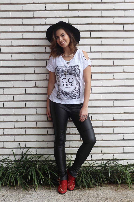 look-outono-calca-couro-tshirt-jaqueta-moletom-biker-chapeu-bota-vermelha-blog-vanduarte-5