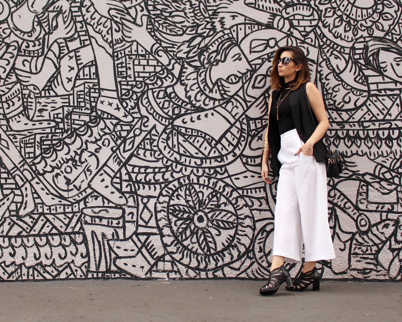 sandalia-salto-grosso-look-cool-fashionista-moderno-minimalista-pantacourt-colete-gola-alta-blog-vanduarte-2