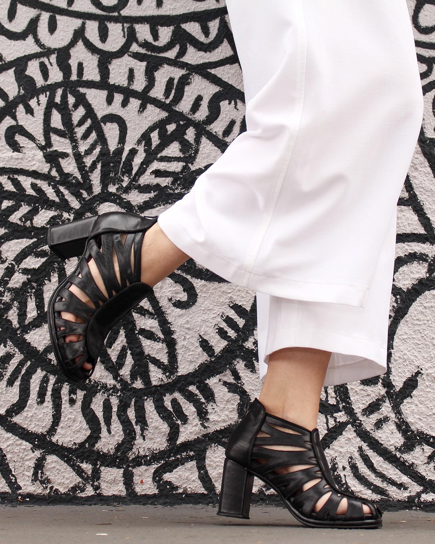 sandalia-salto-grosso-look-cool-fashionista-moderno-minimalista-pantacourt-colete-gola-alta-blog-vanduarte-3