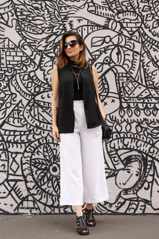 sandalia-salto-grosso-look-cool-fashionista-moderno-minimalista-pantacourt-colete-gola-alta-blog-vanduarte-6
