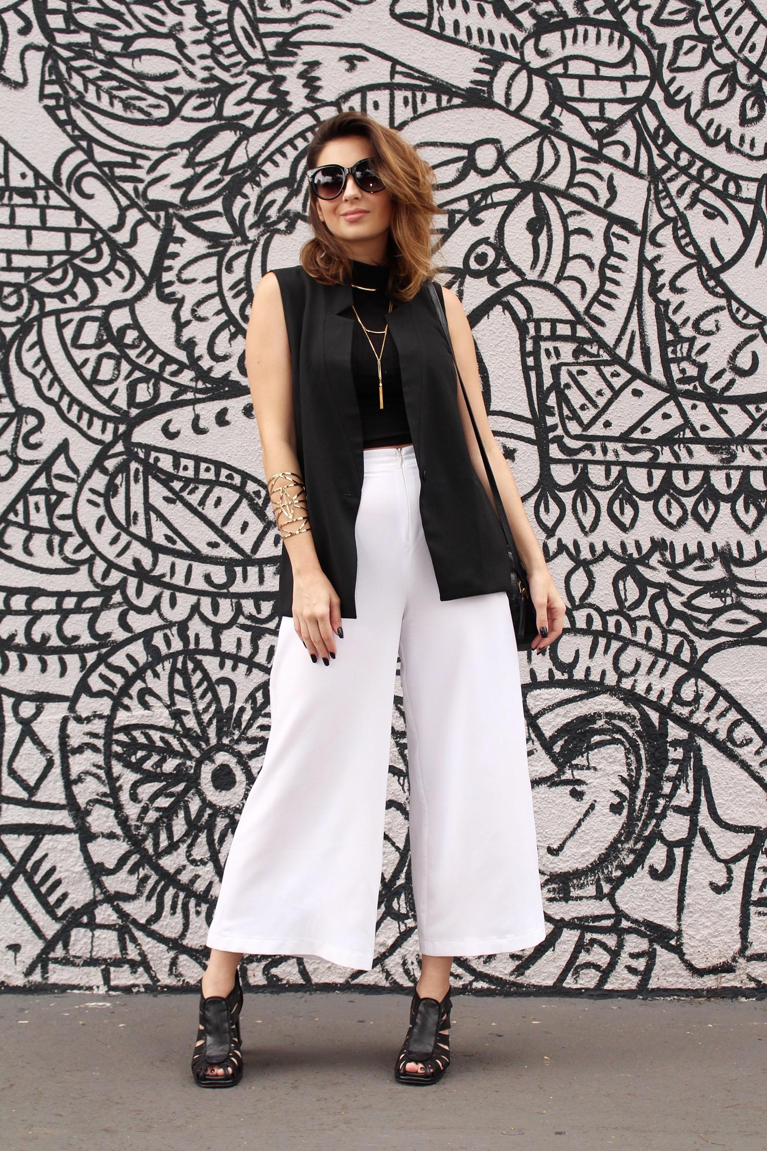 sandalia-salto-grosso-look-cool-fashionista-moderno-minimalista-pantacourt-colete-gola-alta-blog-vanduarte-7