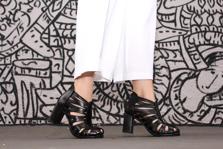 sandalia-salto-grosso-look-cool-fashionista-moderno-minimalista-pantacourt-colete-gola-alta-blog-vanduarte-8