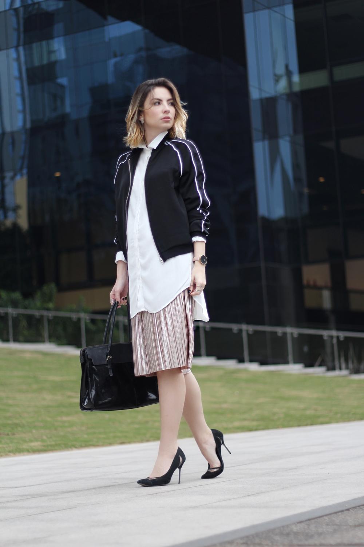 look-de-trabalho-saia-plissada-metalizada-jaqueta-bomber-workwear-blog-vanduarte-4