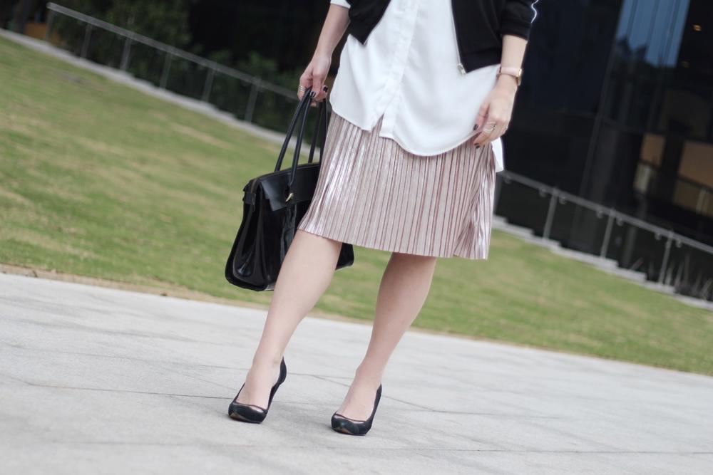 look-de-trabalho-saia-plissada-metalizada-jaqueta-bomber-workwear-blog-vanduarte-8
